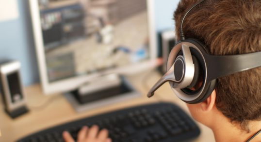 En person med headset som spelar